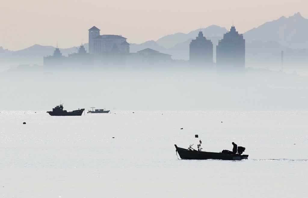 山东烟台:雾海船影