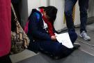 早高峰学生睡倒在车厢