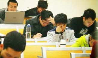 研究生考试在即 学子寒夜过道苦读