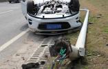 共享汽车撞了路灯杆翻了,还好司机没事
