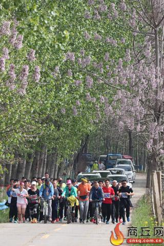 比赛选手林下穿越。 本报记者 傅 青 摄