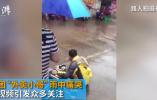 """被骗了!警方辟谣""""外卖小哥因丢车雨中痛哭"""":为发抖音吸引粉丝摆拍"""
