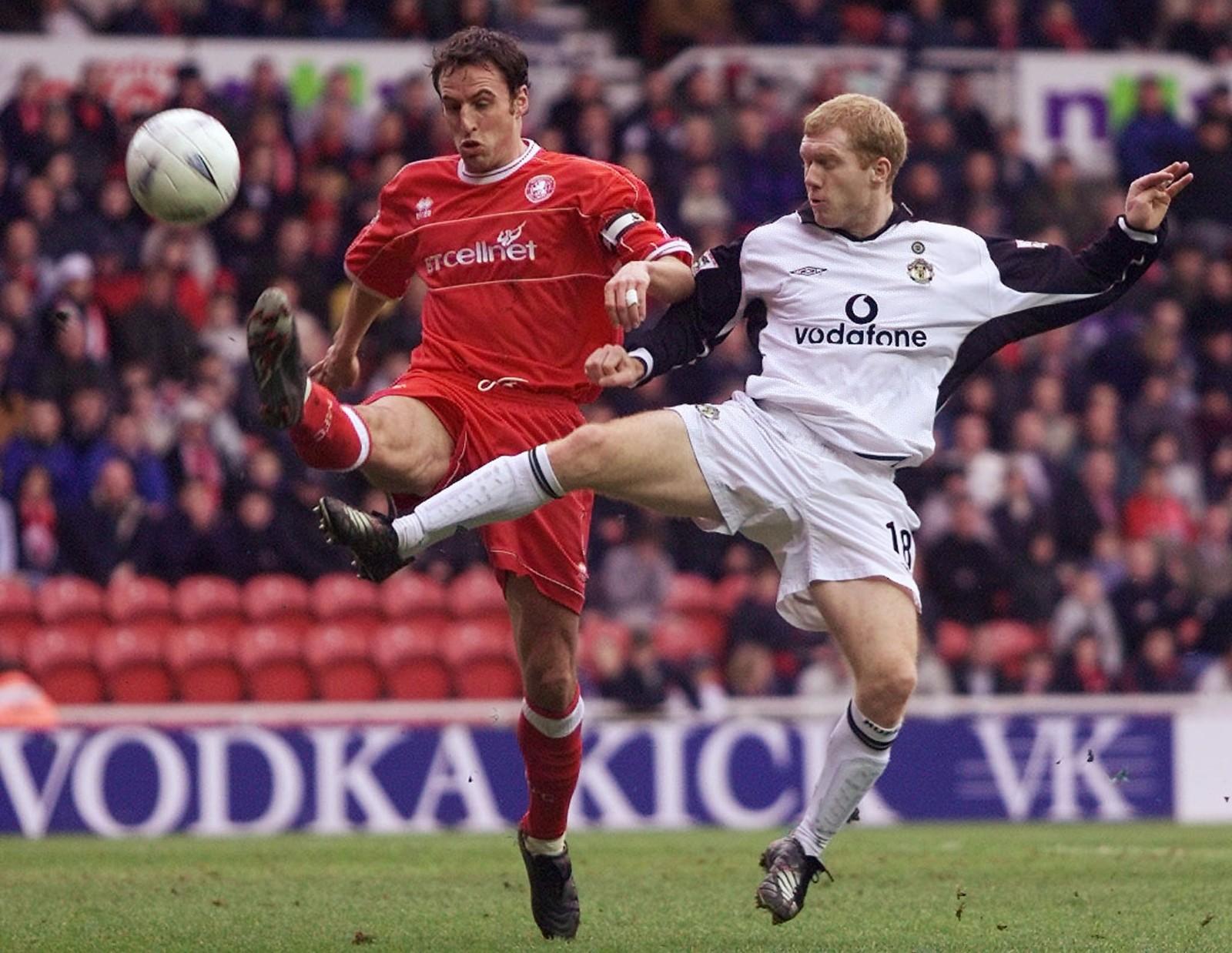 图为2002年1月26日,在英格兰足总杯赛第四轮比赛中,米德尔斯堡队索斯盖特(左)与曼联队球员斯科尔斯(右)争抢。