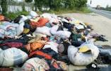数千件旧衣物被弃扬州国道旁,到底谁干的?有人猜测……
