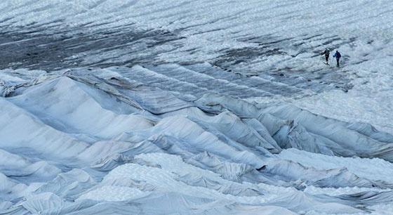 瑞士为阿尔卑斯最古老冰川盖上毛毯