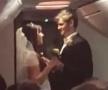 外国新人在航班上举行婚礼 机长负责主持