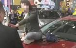?专访奔驰女车主:回西安不是潜逃 商户违约还持刀抢财务资料
