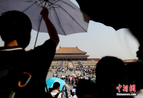 5月18日,游客在北京故宫博物院参观,北京持续高温。<a target='_blank' href='http://www.chinanews.com/'>中新社记者 杜洋 摄