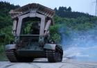 夜色中的装甲!解放军95式自行高炮过城区移防