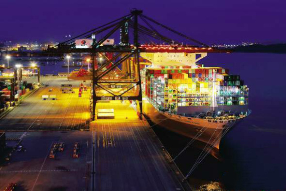 """厲害!世界最大集裝箱船""""東方香港""""號首航靠泊廈門港"""