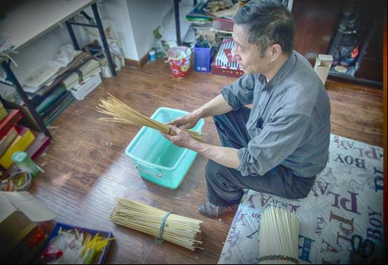 麦秆画是中国独有的特色工艺品之一,中国民间剪贴画的一种,又称麦草画、麦烫画。麦秆画是民间纯手工艺技术,经过十几道工序精心制作出的人物、花鸟、动物活灵活现,给人以古朴自然之美。