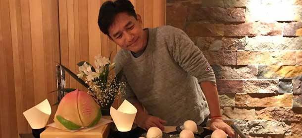"""刘嘉玲为老公庆55岁生日 梁朝伟对寿桃""""放电"""""""