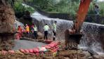 高架桥受洪水冲刷桩基裸露 工人紧急加固