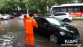 暴雨突降致石家庄多路段积水严重 排水部门紧急出动
