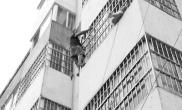 7歲女童卡3樓防盜窗裏