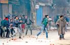 印度抗议民众在克什米尔扔石块 砸伤印度议员