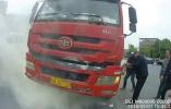 路遇大货车自燃,两位公交司机见义勇为奋勇扑火