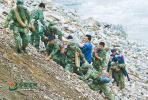 汶川地震十年:这双满是血痕的手套,它的主人是谁?
