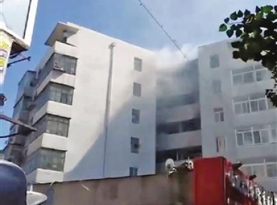 沈阳一居民楼楼道起火 7楼住户跳到6楼阳台逃生