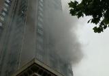 郑州小区高层发生火灾 现场不时发出爆裂声
