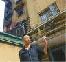 济南:居民楼起火困住瘫痪老人 三人合力救人