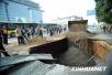 小区路面塌陷突现大坑 740户业主家里断水断气