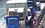 视频|快递小哥扶老人过马路,向后车司机致歉