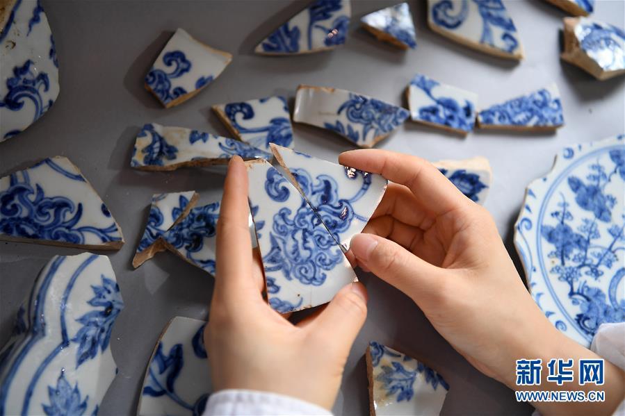 """景德镇御窑古瓷碎片""""复原""""陶瓷传奇 已复原数千件瓷器"""