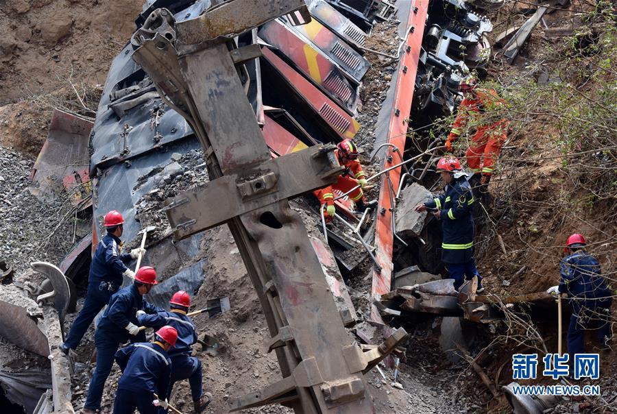 (新华网)(1)河南火车事故致6人失联 200多名搜救人员现场救援